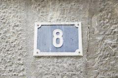 Nr. acht auf der Wand eines Hauses Stockfotografie