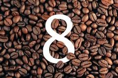 Nr. acht auf Kaffeebohne-Hintergrundkonzept Lizenzfreie Stockfotos