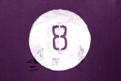 Nr. acht auf purpurroter getonter Metallwand Lizenzfreies Stockbild