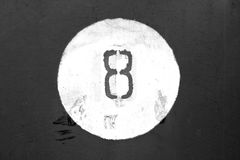 Nr. acht auf Schwarzweiss-Metallwand Stockfotos