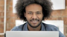 Nr, Afrikaanse Mens die Aanbieding verwerpen op het Werk stock video