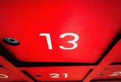 Nr. 13 auf Briefkasten mit Halloween-Tag Lizenzfreies Stockfoto