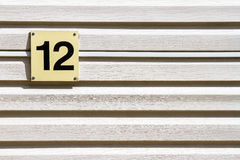Nr. 12 auf einer Wand Stockbild