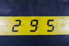 Nr. 295 auf gelbem Streifen und schwarzem Hintergrund Lizenzfreies Stockfoto