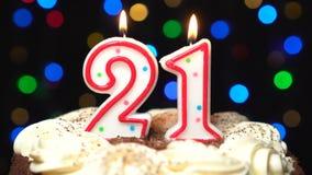 Nr. 21 auf Kuchen - einundzwanzig, Geburtstagskerze Burning - brennen Sie heraus am Ende durch Farbe unscharfer Hintergrund stock video footage