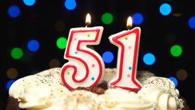 Nr. 51 auf Kuchen - fünfzig ein Geburtstagskerze Burning - brennen Sie heraus am Ende durch Farbe unscharfer Hintergrund stock footage