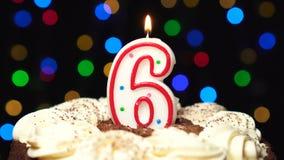 Nr. 6 auf Kuchen - sechs Geburtstagskerze Burning - brennen Sie heraus am Ende durch Farbe unscharfer Hintergrund stock video