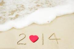 Nr. 2014 auf sandigem Strandurlaubkonzept Stockfoto