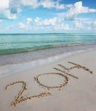 Nr. 2014 auf tropischem Strand. Feiertagskonzept des neuen Jahres Lizenzfreie Stockfotos