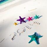 Nr. 2014 auf weißem sandigem Strand Lizenzfreie Stockfotografie