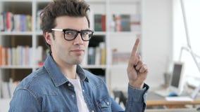 Nr, Creatieve Mens die Aanbieding verwerpen stock footage