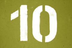 Nr. 10 in der Schablone auf Metallwand im gelben Ton lizenzfreie stockfotografie