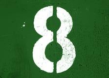 Nr. 8 in der Schablone auf Metallwand im grünen Ton stockbilder