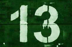 Nr. 13 in der Schablone auf Metallwand im grünen Ton lizenzfreie stockfotos