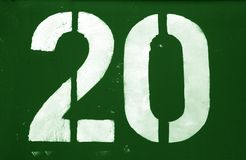 Nr. 20 in der Schablone auf Metallwand im grünen Ton stockfotografie