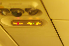 Nr die - en maakt veiligheidsgordelteken binnen een Vliegtuig vast roken fasten stock afbeeldingen