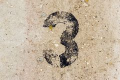 Nr. drei 3 auf Betonmauerhintergrund Lizenzfreies Stockfoto