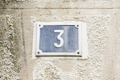 Nr. drei auf der Wand eines Hauses Lizenzfreies Stockfoto