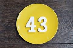 Nr. dreiundvierzig auf der gelben Platte Stockbilder