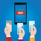 När du bjuder direktanslutet handen för knappen för auktionmobiltelefonbudet lyftte pengarkassa Arkivfoton