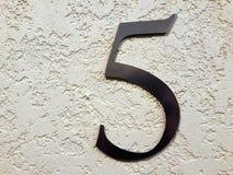 Nr. fünf auf der Wand Stockfotos