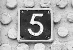 Nr. fünf auf der Wand eines Hauses Stockfotografie