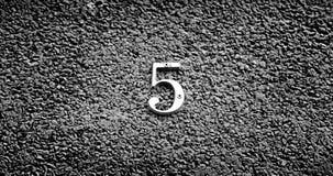 Nr. fünf auf der Wand eines Hauses Lizenzfreies Stockbild