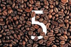 Nr. fünf auf Kaffeebohne-Hintergrundkonzept Lizenzfreie Stockbilder
