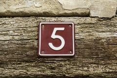 Nr. fünf von Informationen über die Wand eines Hauses Lizenzfreie Stockfotografie