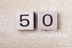 Nr. fünfzig 50 hölzerne Würfel Stockfotos