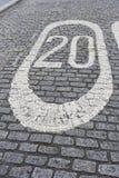 Nr. 20 gemalt auf Pflasterstraße in London, Großbritannien Stockfotos
