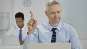 Nr, Grey Hair Businessman Waving Finger in Ontkenning stock footage