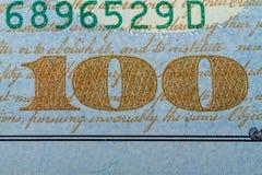 Nr. hundert auf einer Banknote 100 Dollar Lizenzfreie Stockbilder