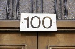 Nr. hundert auf einer Wand Stockfoto