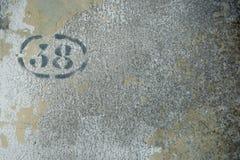Nr. 38 inconplete mit schwarzer Farbe auf verschlechterter Wand Stockbilder
