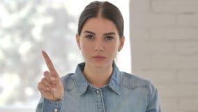 Nr, Jong Meisje die Aanbieding verwerpen door Vinger Te golven stock videobeelden