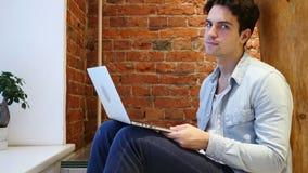 Nr, Jonge Mens het Schudden Hoofd om te ontkennen, Werkend aan Computer stock video