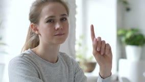 Nr, Jonge Vrouw die Aanbieding ontkennen door Vinger, het Verwerpen Te golven stock footage