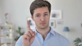 Nr, Knappe Jonge Mens die Aanbieding verwerpen door Vinger Te golven stock videobeelden