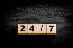 Nr. 24/7 lokalisiert auf schwarzem Hintergrund Stockbild