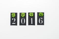 Nr. 2016 mit cloveleafs und horesshoes Lizenzfreie Stockfotos