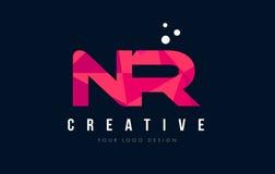 NR N R与紫色低多桃红色三角概念的信件商标 免版税库存图片