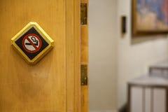 Nr - rokend teken tegen een houten muur Het witte non-smoking teken op de houten vloer is een teken dat de reiziger van het zijn  stock afbeelding