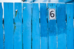Nr. sechs auf dem Zaun Lizenzfreie Stockfotos