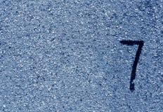Nr. sieben auf blauer Schmutzwandoberfläche Lizenzfreies Stockfoto
