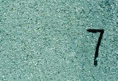 Nr. sieben auf cyan-blauer Schmutzwandoberfläche Stockfoto