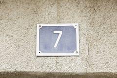 Nr. sieben auf einer Wand Stockbilder