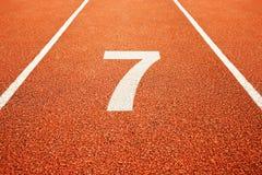 Nr. sieben auf Laufbahn lizenzfreie stockfotos