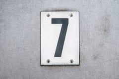Nr. 7/sieben auf Metallhintergrund/Hausnummer - Stockbild