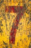 Nr. sieben gemalt nach schmutziger Metalloberfläche. Lizenzfreie Stockfotos